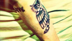 Justin gets a new tattoo!